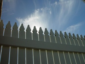 800px-Sunlight_over_picket_fence